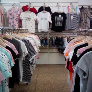 Торговое оборудование для магазинов одежды. Экономпанели и стойки для одежды