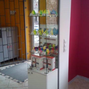 Стеклянная витрина в магазин игр