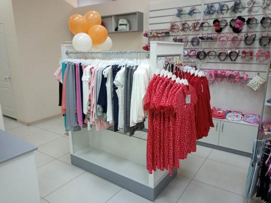 Островная экономпанель в детском магазине одежды