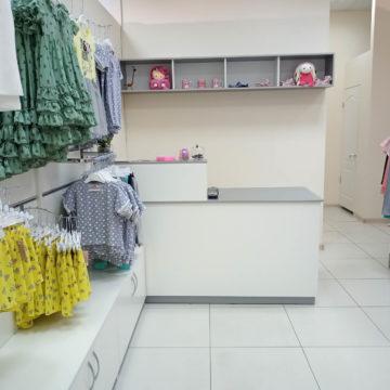 Стойка продавца для магазина детской одежды