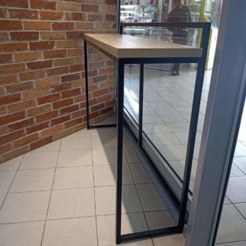 Барная стойка на металлическом каркасе для посетителей