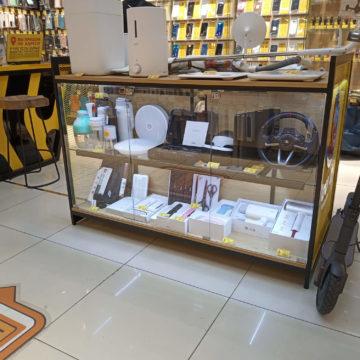Выставочный прилавок для магазина электроники