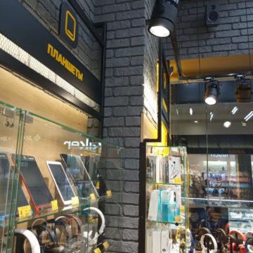 Металл, кирпич, ДСП и стекло в дизайне магазина электроники Touch