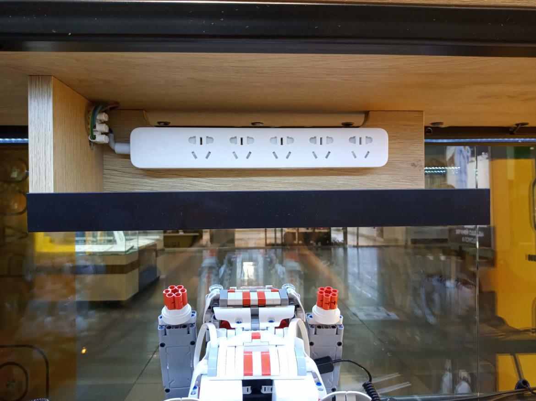 Розетки для прилавка гаджетов в магазине электроники