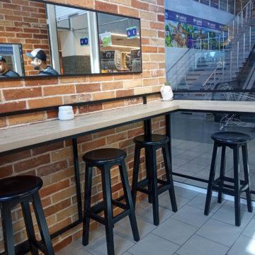 Зеркало над стойкой посетителей в кофейне