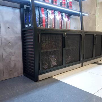 Дверки с сеткой в металлической рамке в кофейне