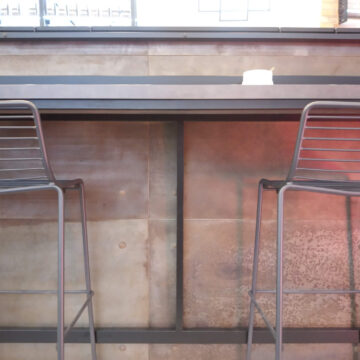 Мебель из металла в интерьере кофейни