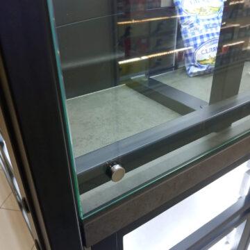 Крепление стекла к витрине-стеллажу