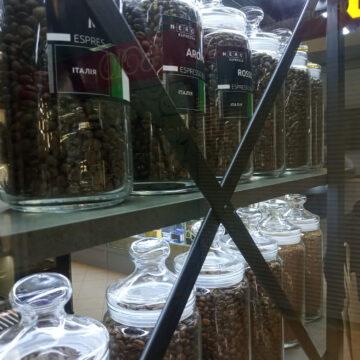 Задние косынки-стяжки для витрины-стеллажа банок с кофе
