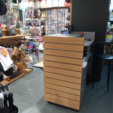 Стойка продавца в магазин аксессуаров