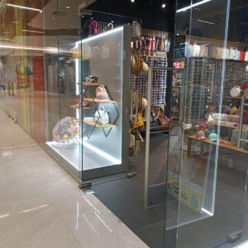 Экспозиционная зона магазина головных уборов и аксессуаров