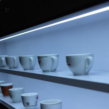 Декоративная ниша под чашки с подсветкой