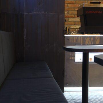 Диван в кофейню с металлическим каркасом