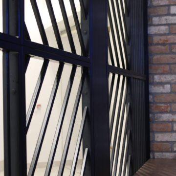 Входная металлическая решётка в кофейне Black Appolo-2. Вид изнутри