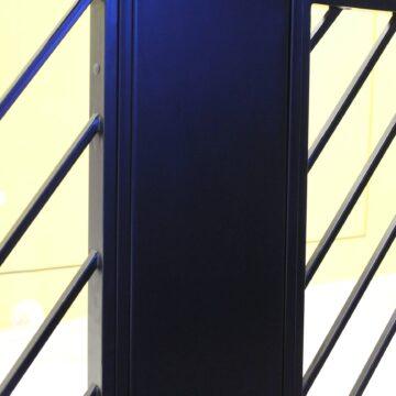 Листовой металл и стальная труба во входной решётке в кофейне Black