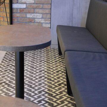 Зона посетителей в кофейне ваном с металлическим каркасом