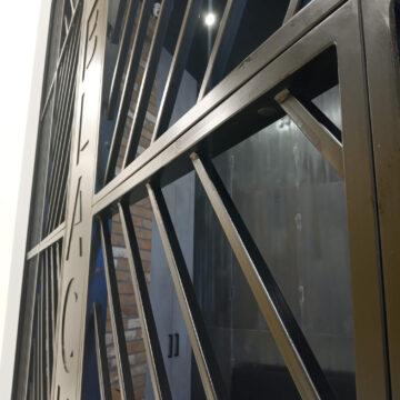 Входная металлическая решётка в кофейне Black Appolo-2