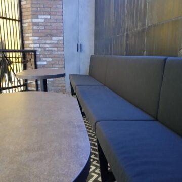 Зона посетителей с диваном с металлическим каркасом