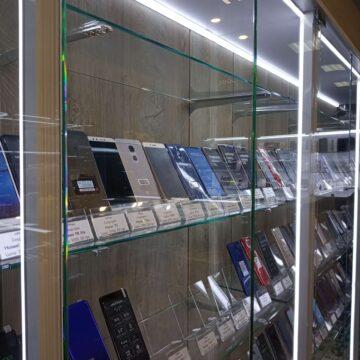 Витрина для смартфонов со стеклянными полками