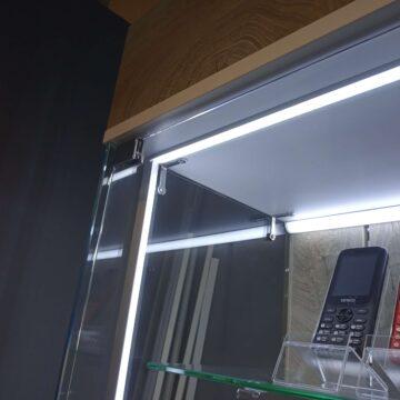 Подсветка по верхушке и по вертикали на витрине для смартфонов