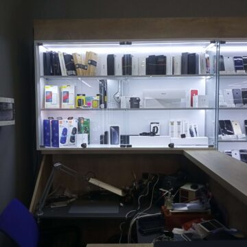 Магазин мобильных телефонов и аксессуаров. Касса-ресепшн