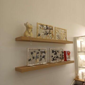 Декоративные полки на скрытом крепеже для магазина бижутерии