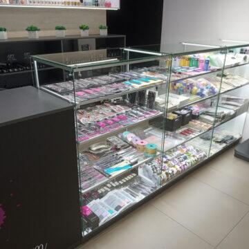 Прилавки из стекла магазина профессиональной косметики