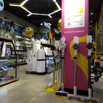 """TouchПризма. Дизайн и изготовление торгового оборудования для магазина электроники. """"Обход"""" бетонной колонны"""