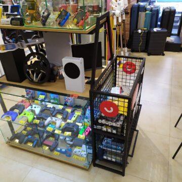 Островной прилавок и корзина распродажи в магазин электроники