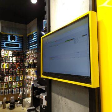 Монитор виртуальной витрины магазина электроники