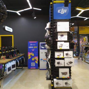 Дизайн декоративной обвязки бетонных колонн в магазине электроники