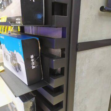 """""""Лесенка"""" на колонне с полками и товаром на них в магазине электроники"""
