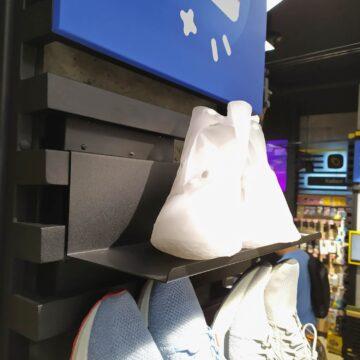 "Полка с товаром на ""лесенке"" на колонне в магазин электроники"
