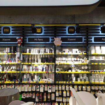 Настенные витрины из металла и стекла в магазин электроники и гаджетов