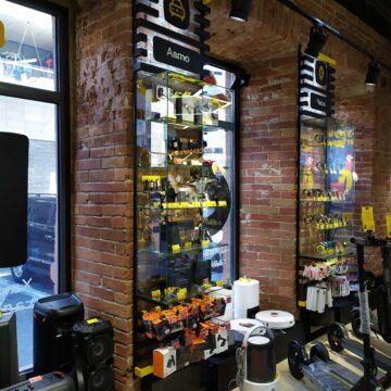 Настенные витрины из металла и стекла в магазин электроники и гаджетов (на кирпиче)