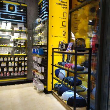 Открытый прилавок для гаджетов у входа в магазин электроники Touch