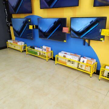 Торгово-выставочная ТВ-стенка в магазине электроники. Корзины для дополнительных товаров