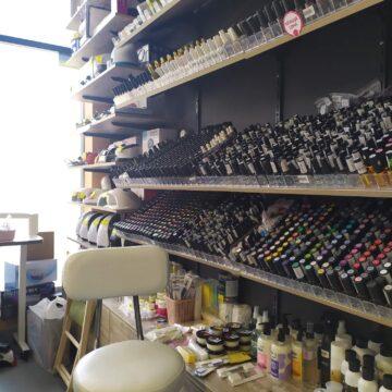 Стеллаж с наклонными полками в магазин профессиональной косметики